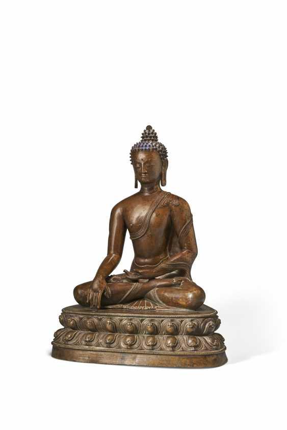 A LARGE BRONZE FIGURE OF BUDDHA SHAKYAMUNI - photo 2