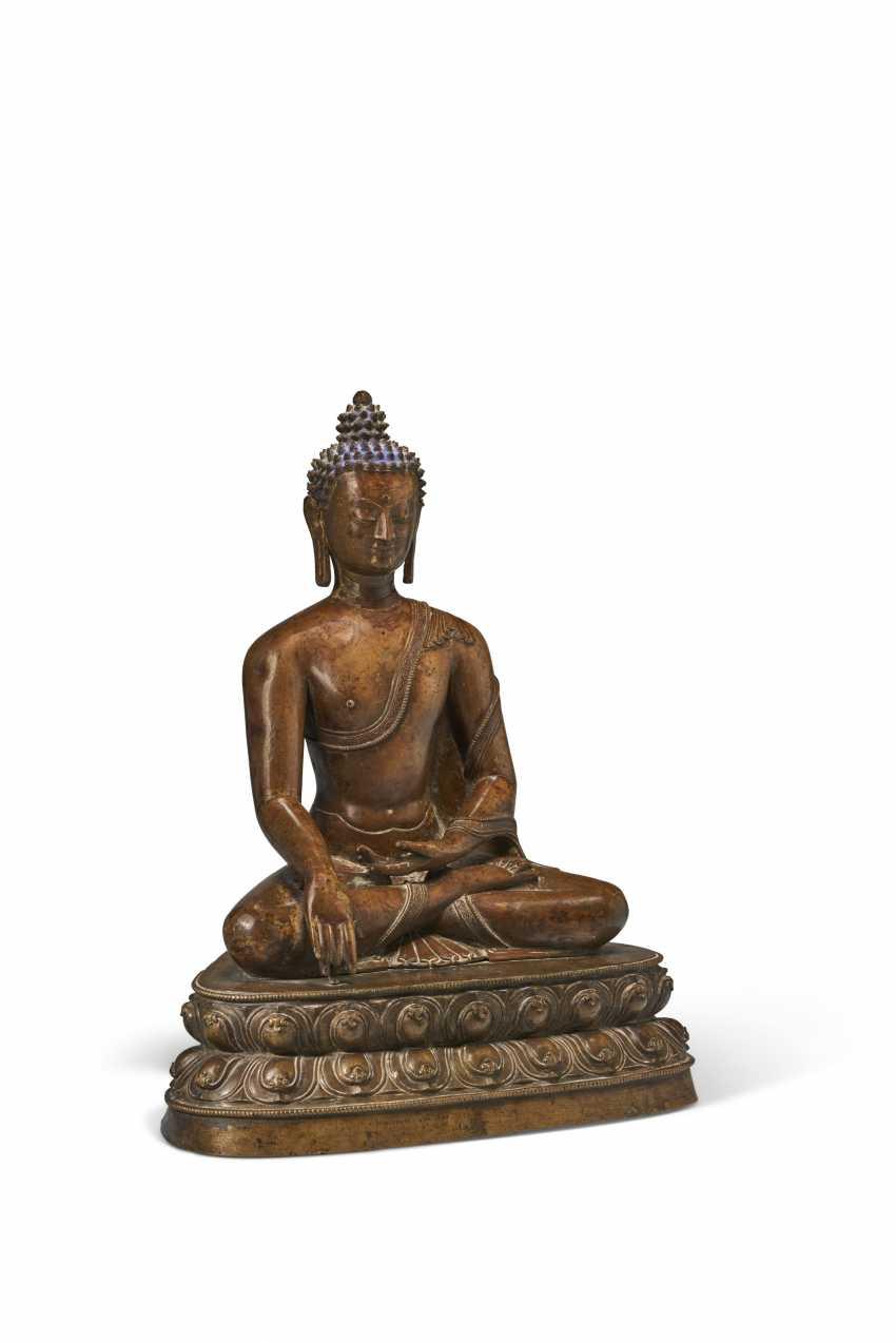 A LARGE BRONZE FIGURE OF BUDDHA SHAKYAMUNI - photo 3