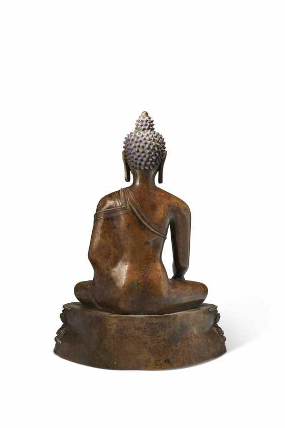 A LARGE BRONZE FIGURE OF BUDDHA SHAKYAMUNI - photo 4