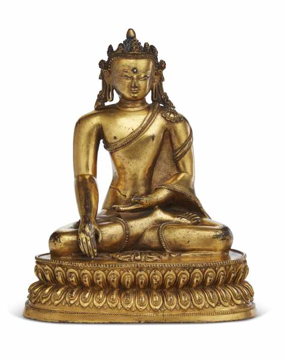 A GILT-COPPER FIGURE OF A CROWNED BUDDHA - photo 1