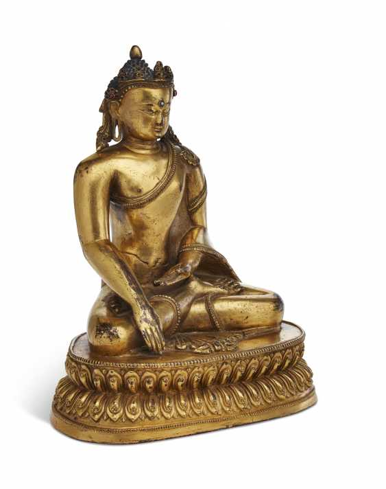 A GILT-COPPER FIGURE OF A CROWNED BUDDHA - photo 2