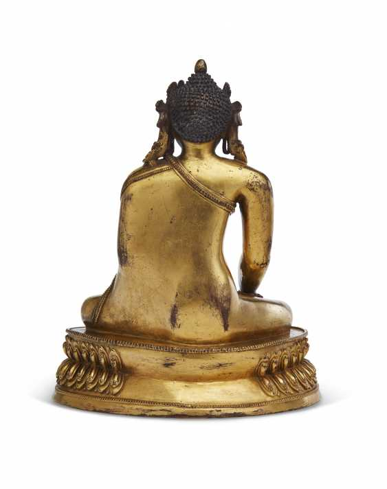 A GILT-COPPER FIGURE OF A CROWNED BUDDHA - photo 3
