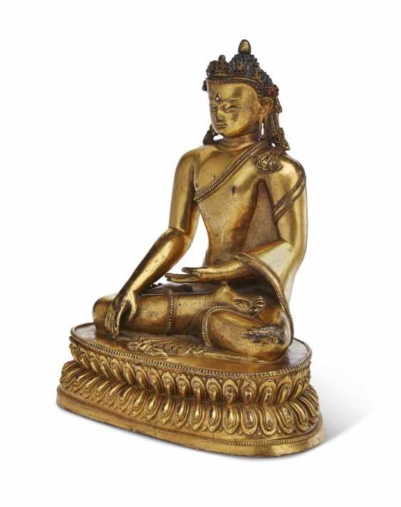 A GILT-COPPER FIGURE OF A CROWNED BUDDHA - photo 5