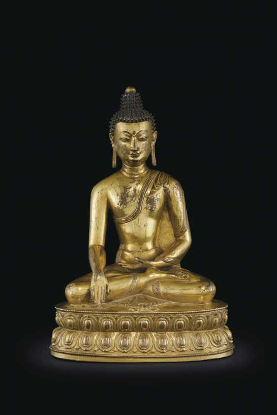 A GILT BRONZE FIGURE OF BUDDHA VAJRASANA - photo 1