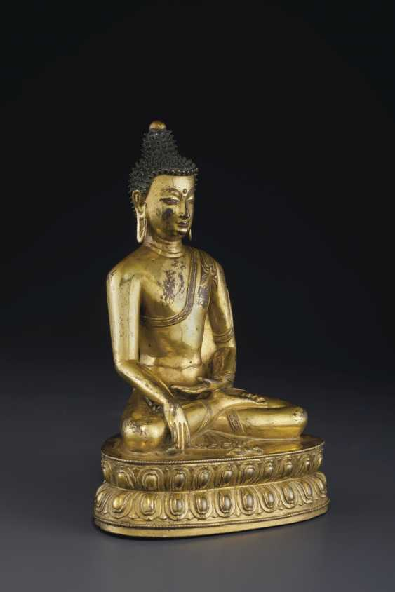 A GILT BRONZE FIGURE OF BUDDHA VAJRASANA - photo 3