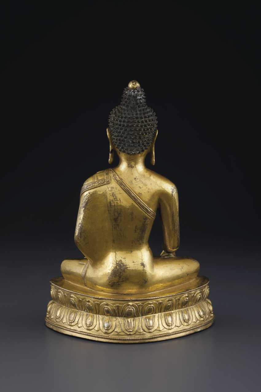 A GILT BRONZE FIGURE OF BUDDHA VAJRASANA - photo 4