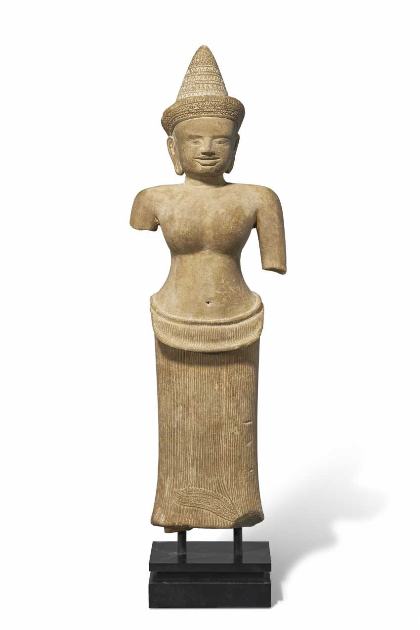 A SANDSTONE FIGURE OF UMA - photo 1