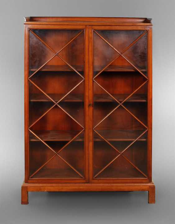 foto de Kleine Büchervitrine Hellerau. Auction catalog