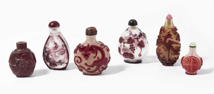 6 flashed glass snuff bottles - photo 1
