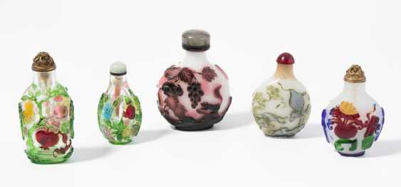 5 flashed glass snuff bottles - photo 1