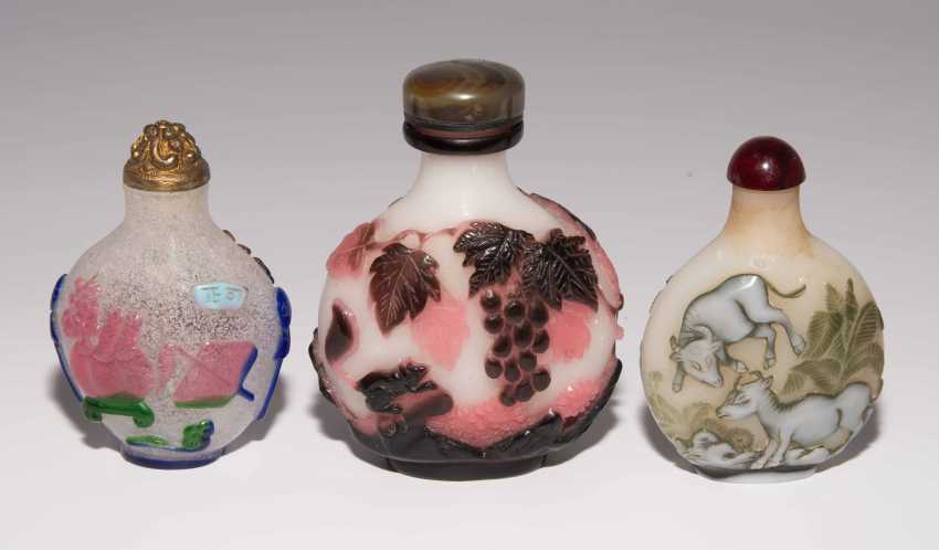 5 flashed glass snuff bottles - photo 3
