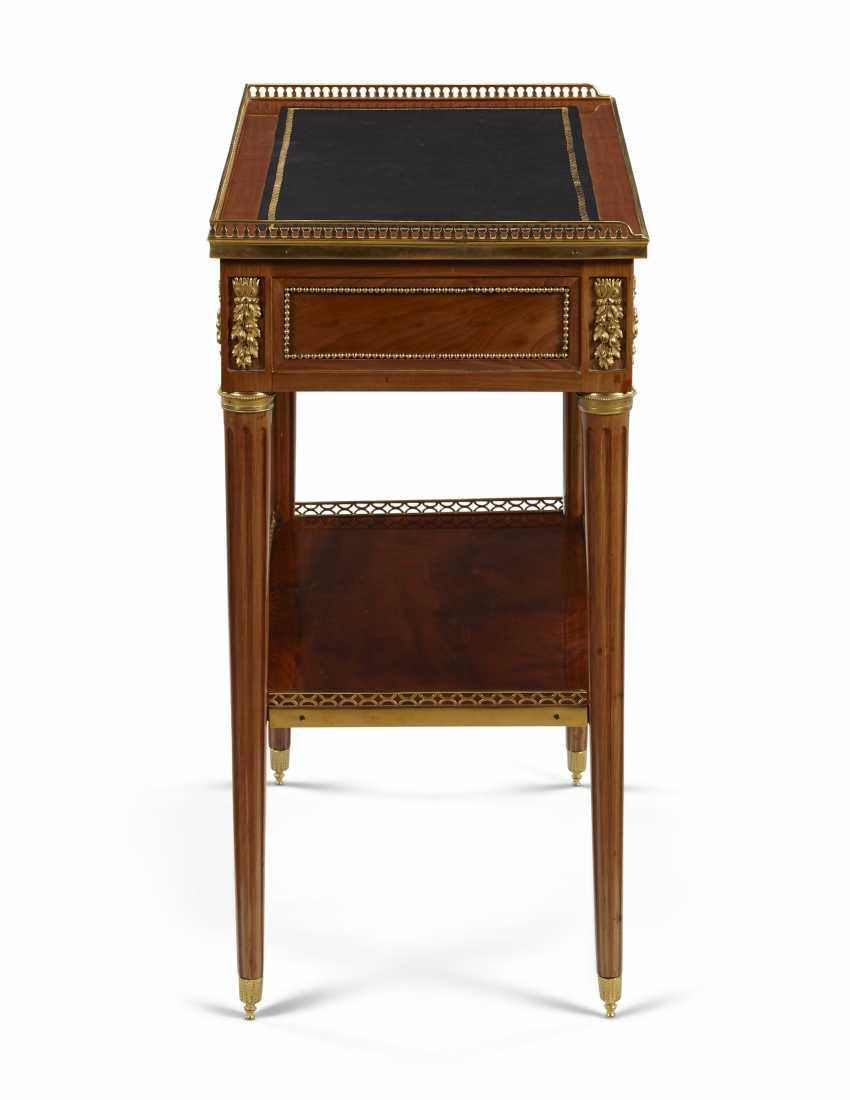 A LOUIS XVI ORMOLU-MOUNTED MAHOGANY AND PLUM-PUDDING MAHOGANY (ACAJOU MOUCHETÉ) TABLE À ÉCRIRE - photo 4
