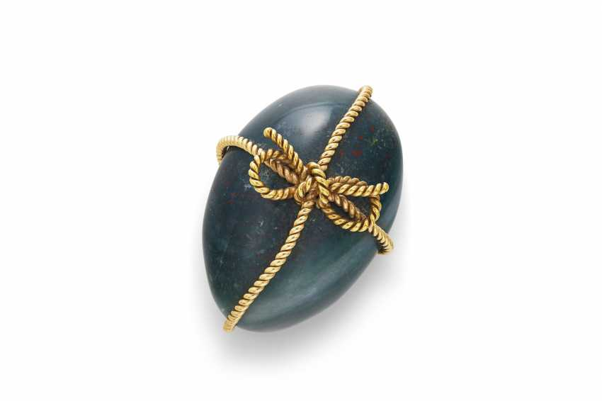 A GOLD-MOUNTED BLOODSTONE EGG-FORM PAPERWEIGHT - photo 1