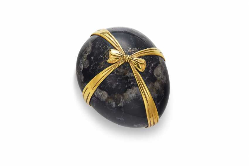 A GOLD-MOUNTED HARDSTONE EGG-FORM PAPERWEIGHT - photo 1