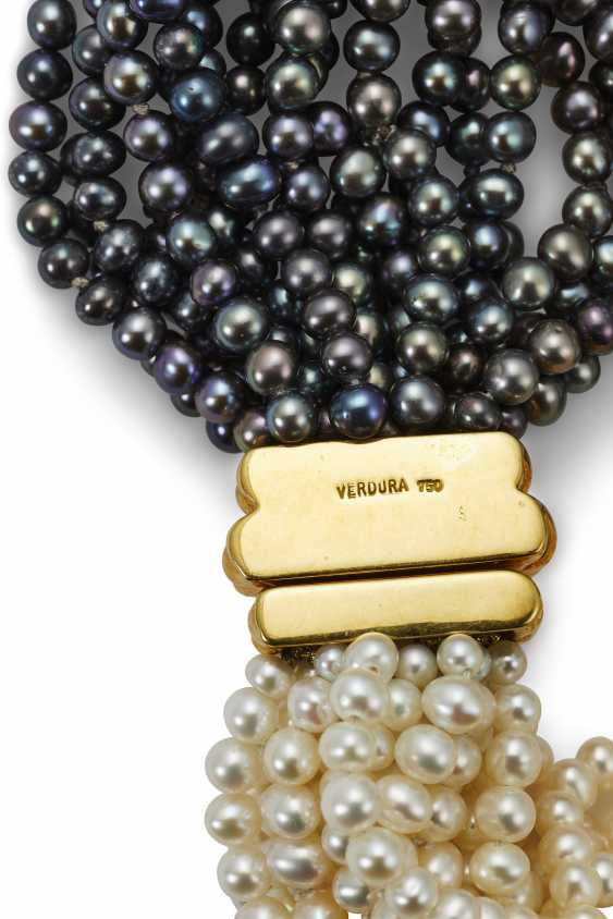 A MULTI-STRAND CULTURED PEARL AND GOLD NECKLACE - photo 2