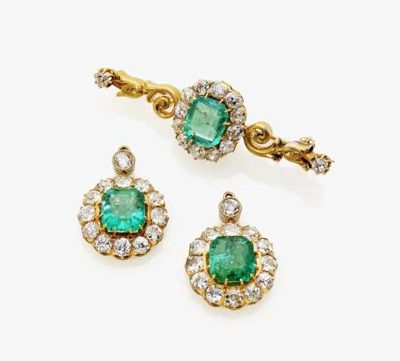 Brooch and a pair of earrings with emeralds and diamonds - photo 1