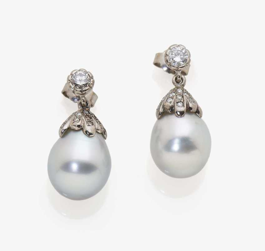 A pair of earrings with silver-gray South Sea cultured pearls and diamonds - photo 1