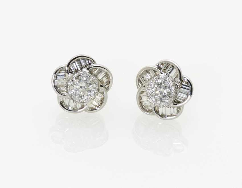 A pair of flower-shaped stud earrings with brilliants and diamonds - photo 1