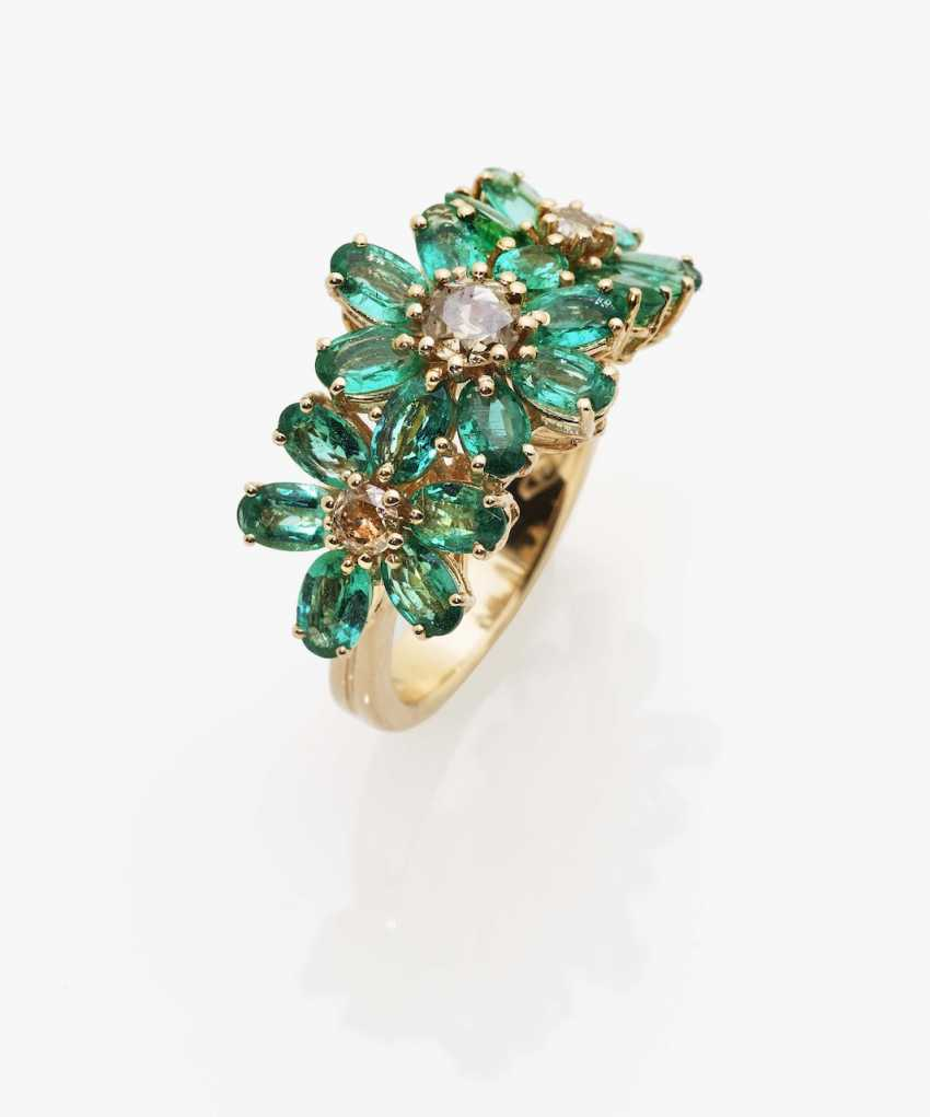 Ring with diamonds and emeralds - photo 2