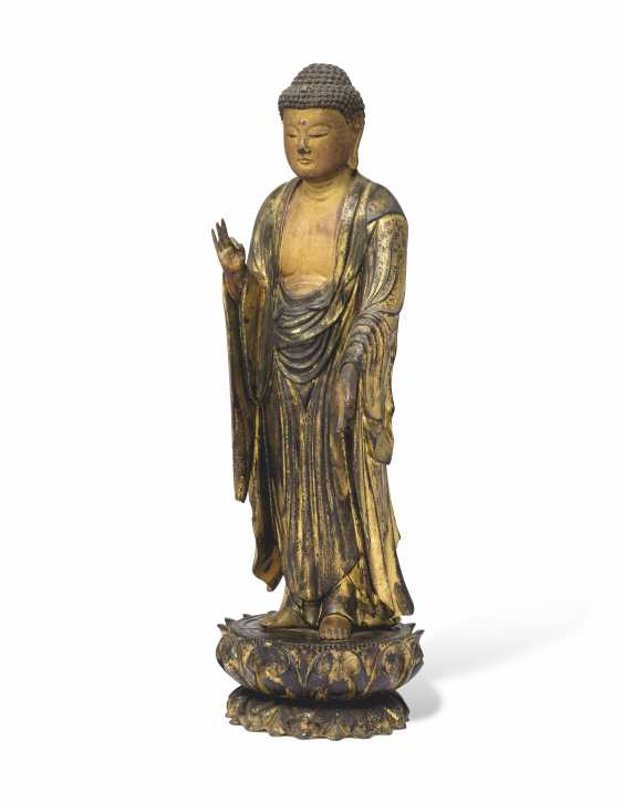 A CARVED STANDING WOOD FIGURE OF AMITABHA (AMIDA NYORAI) - photo 2