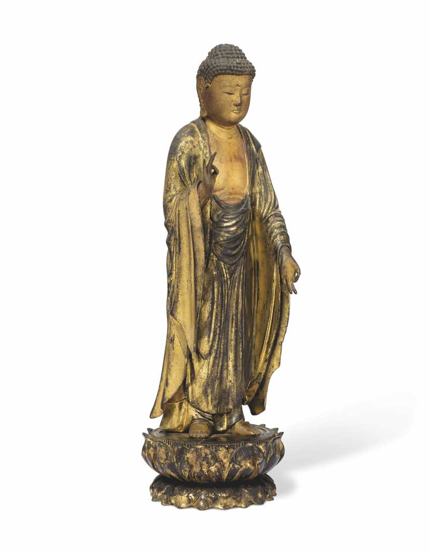 A CARVED STANDING WOOD FIGURE OF AMITABHA (AMIDA NYORAI) - photo 3