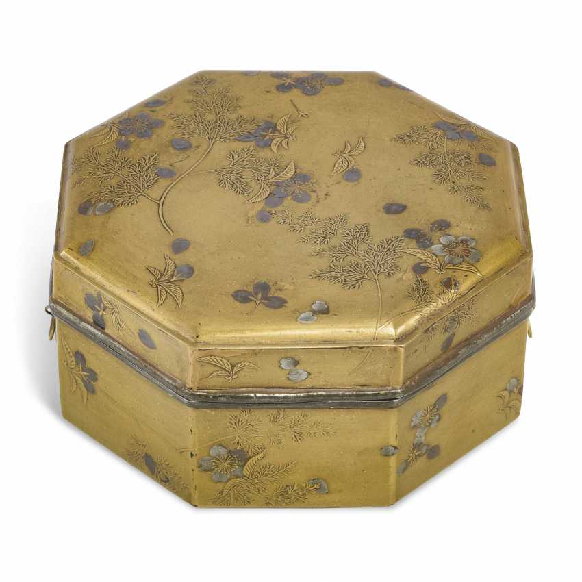 A LACQUER CAKE BOX (KASHIBAKO) WITH SCATTERED CHERRY BLOSSOMS - photo 1