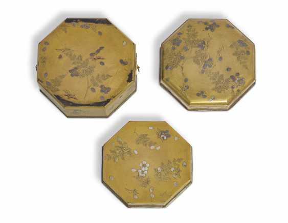 A LACQUER CAKE BOX (KASHIBAKO) WITH SCATTERED CHERRY BLOSSOMS - photo 3