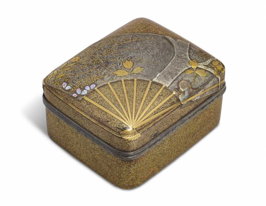 A SMALL LACQUER BOX (KOBAKO) WITH AN OPEN FAN - photo 1