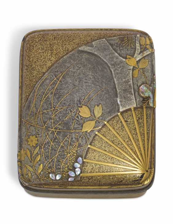 A SMALL LACQUER BOX (KOBAKO) WITH AN OPEN FAN - photo 2