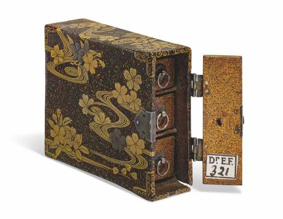 A SMALL LACQUER BOX CONTAINING THREE DRAWERS - photo 1