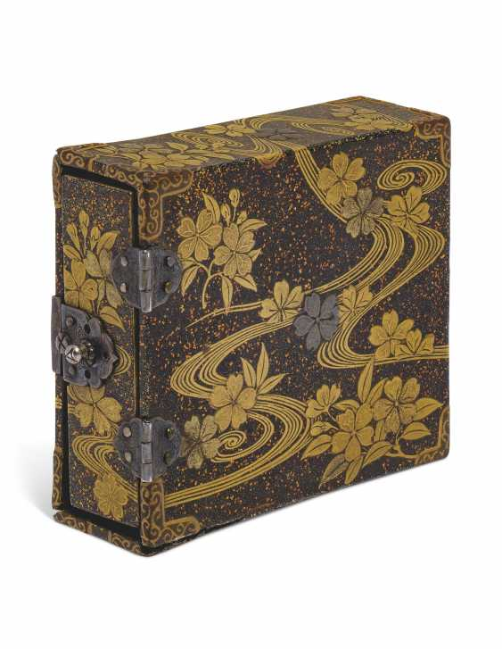 A SMALL LACQUER BOX CONTAINING THREE DRAWERS - photo 2