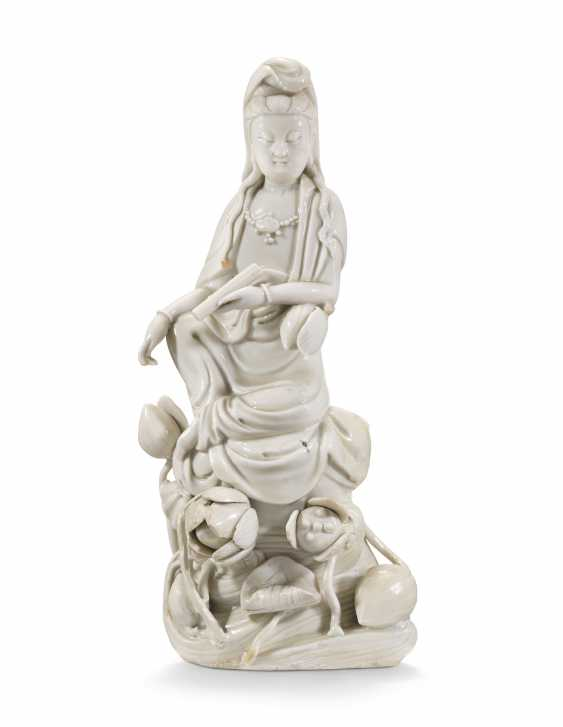 A CHINESE DEHUA FIGURE OF GUANYIN - photo 1
