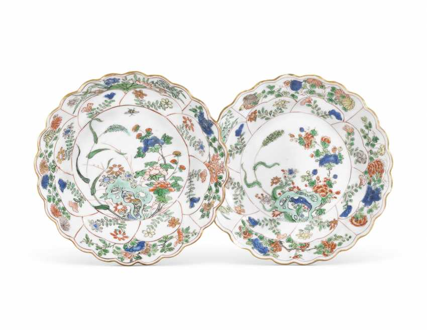 A PAIR OF CHINESE FAMILLE VERTE 'FLOWER' DISHES - photo 1