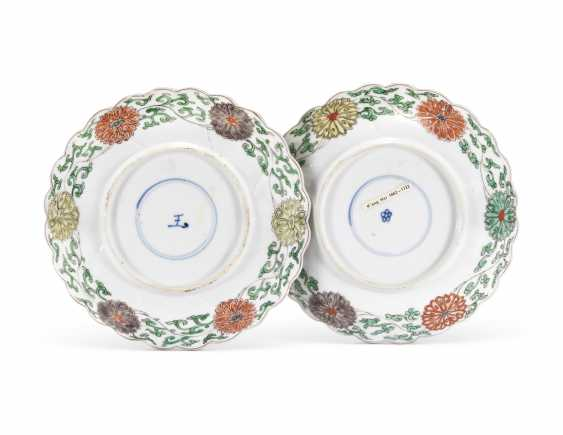 A PAIR OF CHINESE FAMILLE VERTE 'FLOWER' DISHES - photo 2