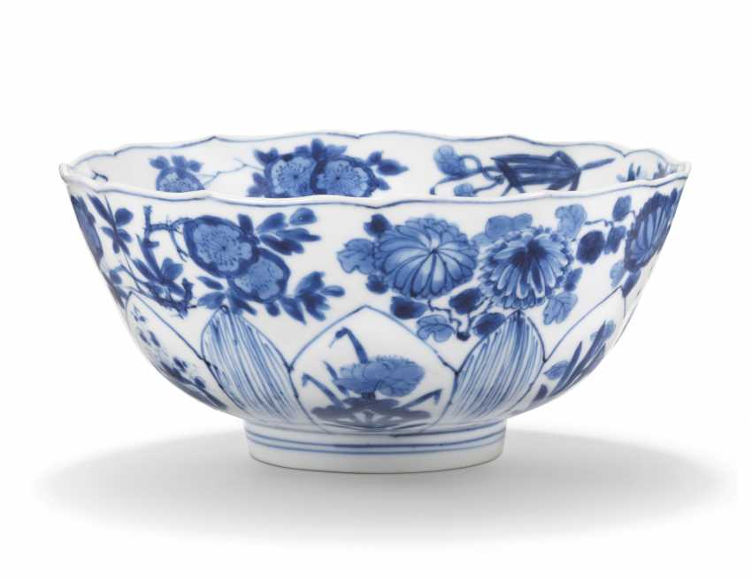 A CHINESE BLUE AND WHITE BOWL - photo 1