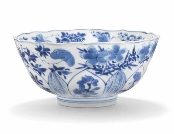 A CHINESE BLUE AND WHITE BOWL - photo 2