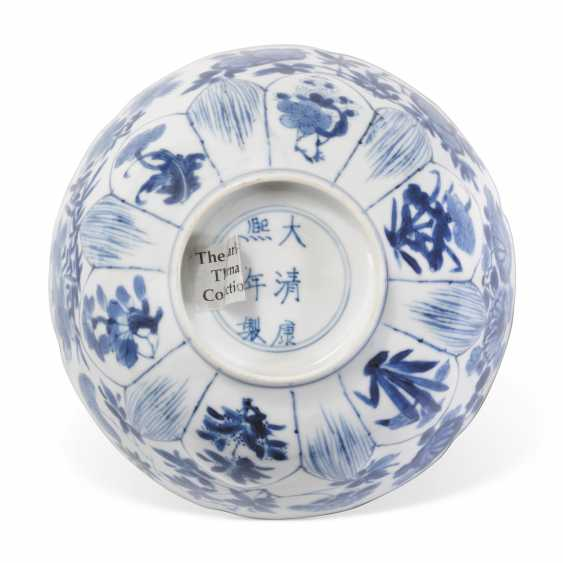 A CHINESE BLUE AND WHITE BOWL - photo 3