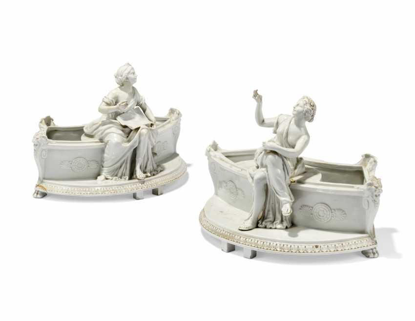 A PAIR OF CONTINENTAL PORCELAIN JARDINIERES AND A FOUNTAIN AND COVER - photo 3