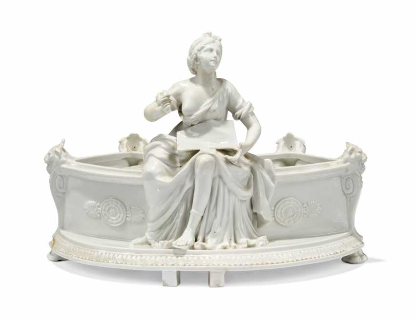 A PAIR OF CONTINENTAL PORCELAIN JARDINIERES AND A FOUNTAIN AND COVER - photo 5