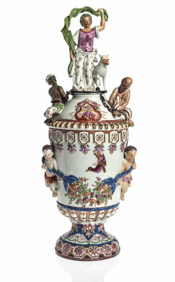 A PAIR OF VIENNA (DU PAQUIER) PORCELAIN VASES AND COVERS EMB... - photo 3