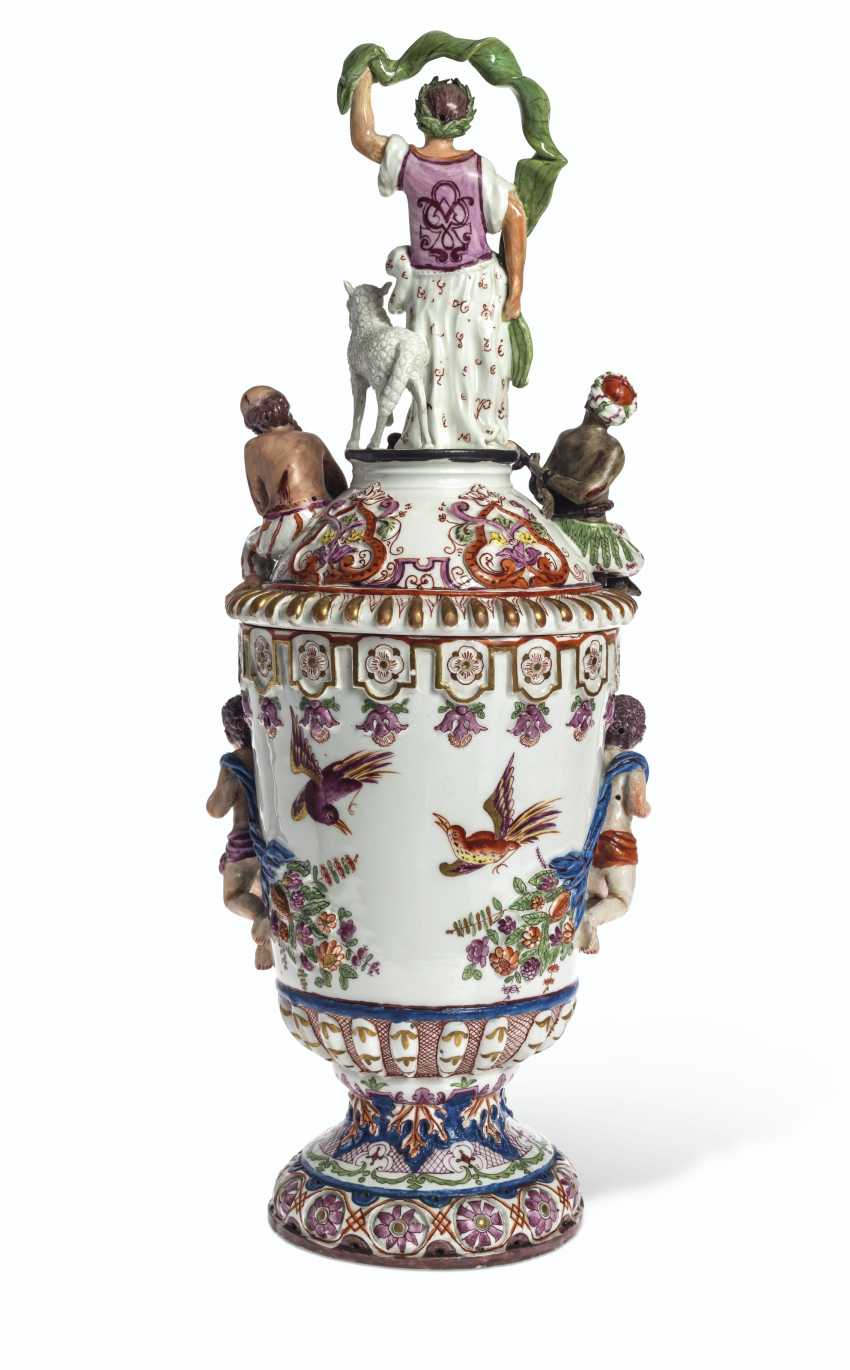 A PAIR OF VIENNA (DU PAQUIER) PORCELAIN VASES AND COVERS EMB... - photo 4