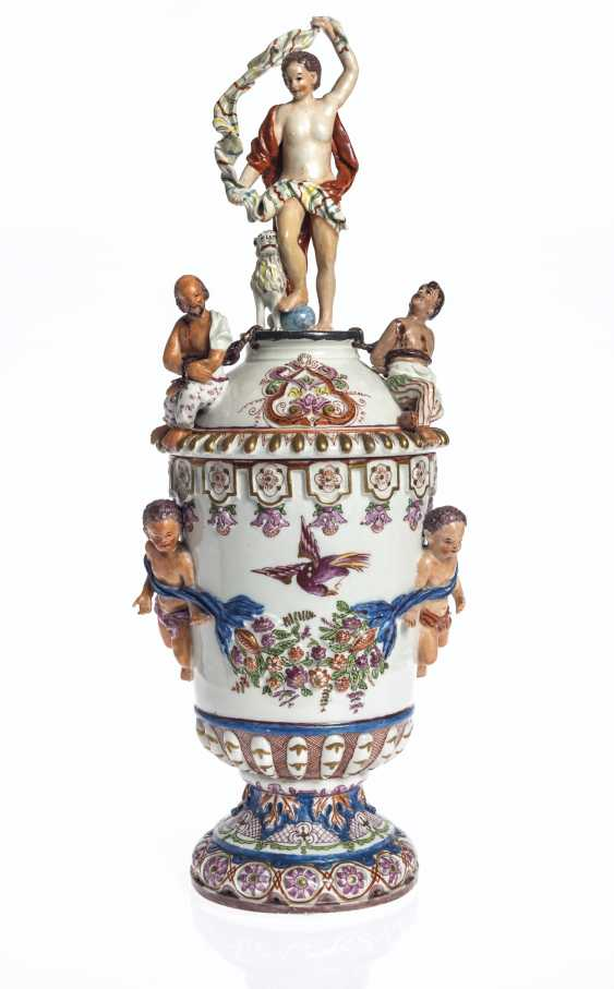 A PAIR OF VIENNA (DU PAQUIER) PORCELAIN VASES AND COVERS EMB... - photo 6