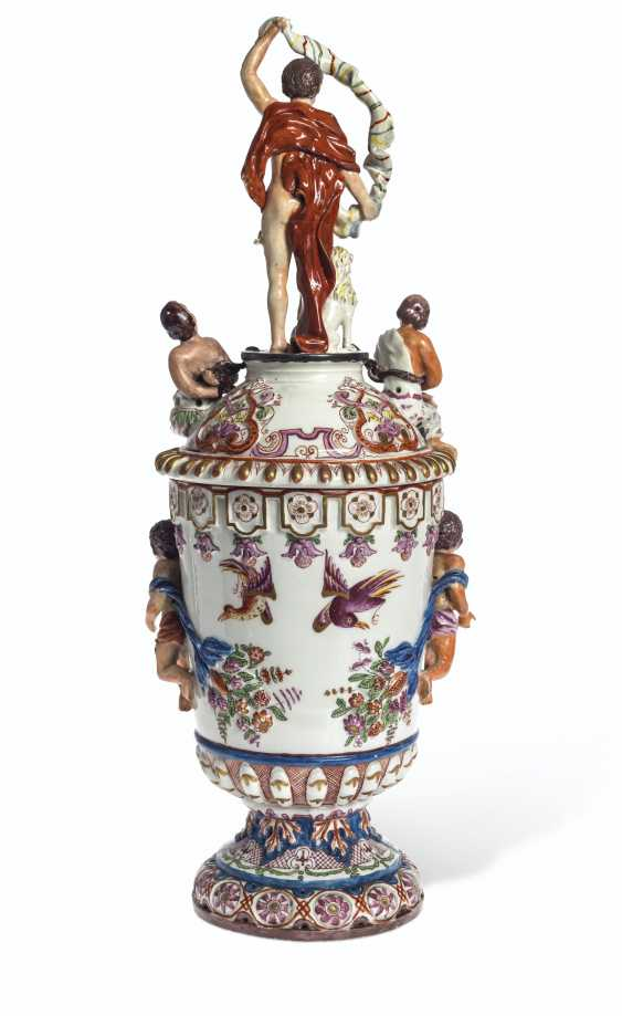 A PAIR OF VIENNA (DU PAQUIER) PORCELAIN VASES AND COVERS EMB... - photo 7