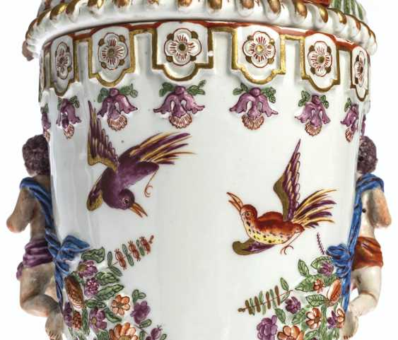 A PAIR OF VIENNA (DU PAQUIER) PORCELAIN VASES AND COVERS EMB... - photo 12