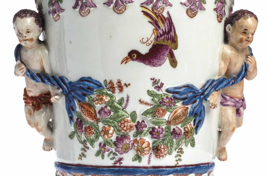 A PAIR OF VIENNA (DU PAQUIER) PORCELAIN VASES AND COVERS EMB... - photo 13
