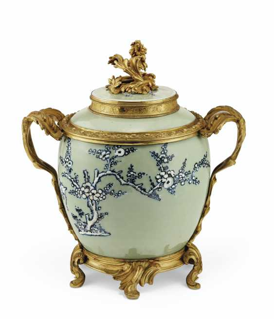 A PAIR OF LOUIS XV ORMOLU-MOUNTED CHINESE CELADON VASES WITH... - photo 6