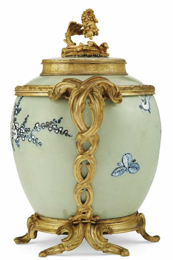 A PAIR OF LOUIS XV ORMOLU-MOUNTED CHINESE CELADON VASES WITH... - photo 7