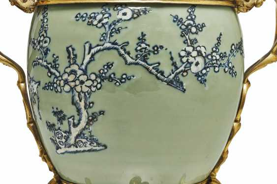 A PAIR OF LOUIS XV ORMOLU-MOUNTED CHINESE CELADON VASES WITH... - photo 8