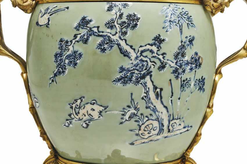 A PAIR OF LOUIS XV ORMOLU-MOUNTED CHINESE CELADON VASES WITH... - photo 9