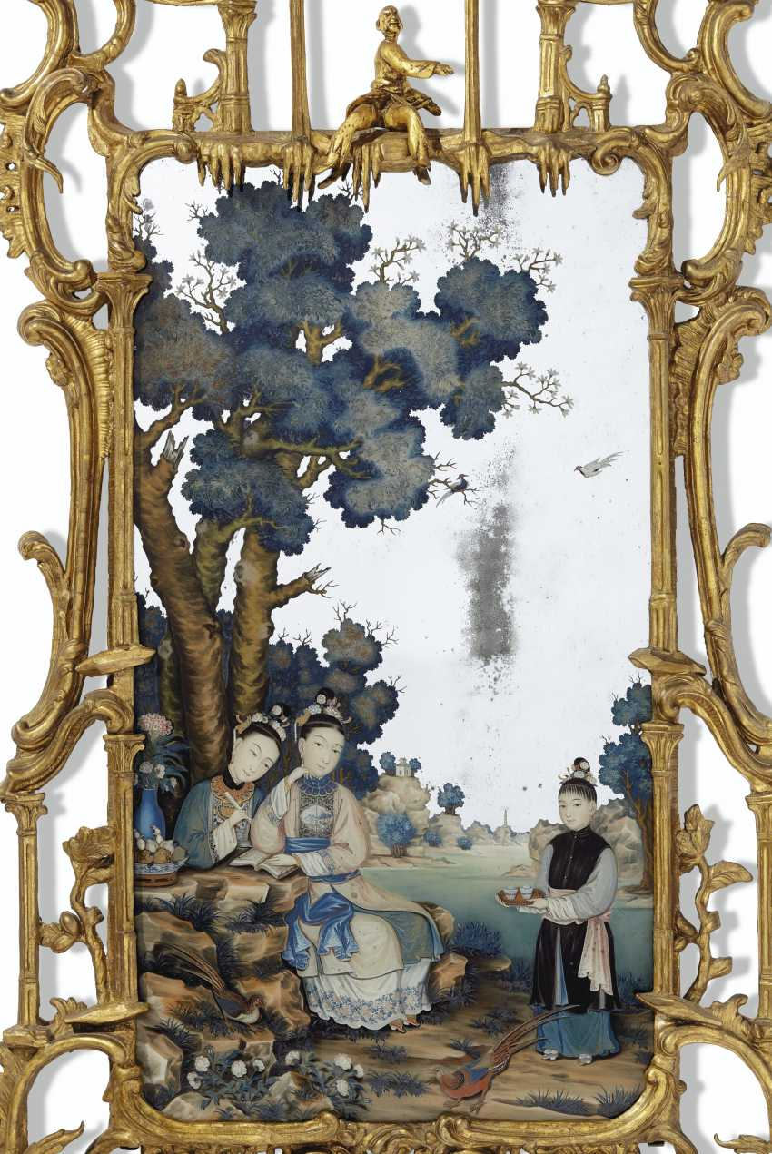 A CHINESE EXPORT REVERSE PAINTED MIRROR PICTURE IN GEORGE II... - photo 2